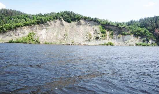 На некотором удалении от берега водохранилища