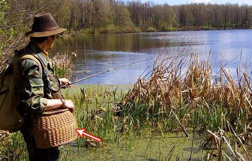 Рыбак с корзинкой-садком